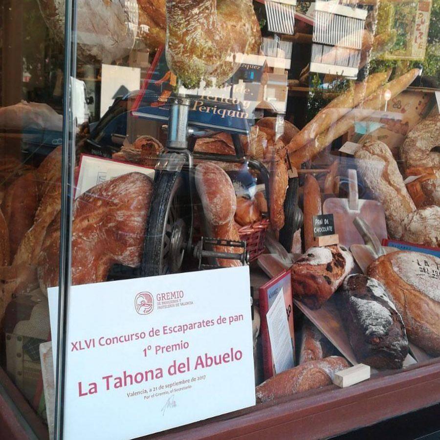 Primer premio de escaparates de pan en el horno de Gorgos.